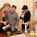 Chýlková se naučila, jak čaj správně servírovat