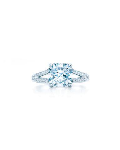 Každý prsten je ukrytý v tyrkysově modré krabičce s bílou stuhou 8a7c7bba7f6