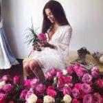 Který ctitel jí asi poslal tolik růží?