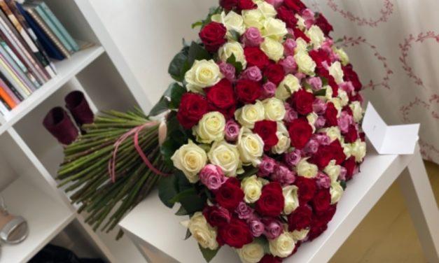 Má pozorného ctitele: Zpěvačka Aneta Veronika Horáková dostala nálož květin!