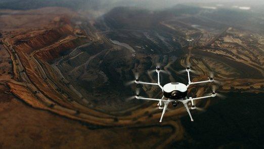 Drony dnes pomáhají zemědělcům v boji se suchem, energetikům s nacházením poruch vedení po vichřicích či tornádu