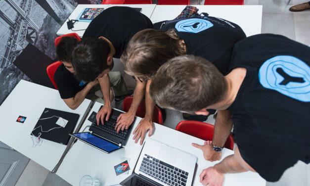 V ČR chybí zhruba 14 tisíc IT specialistů. Nalákat je může měsíční plat až 200 tisíc korun