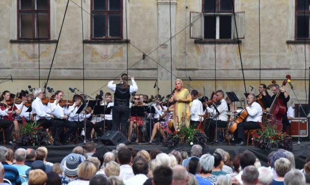 V neděli byl v Chrudimi slavnostně zahájen tradiční hudební festival Zlatá Pecka. Nabízí koncerty, film, divadlo i výstavu