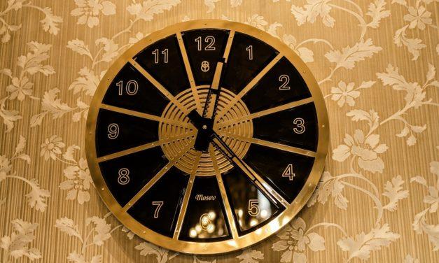 Recepci Grandhotelu Pupp nově zdobí unikátní designové nástěnné hodiny vyrobené ve spolupráci se sklárnou Moser