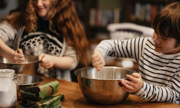 Osvojení zdravých návyků či rozvoj kreativity: 7 důvodů, proč vařit s dětmi